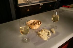 Tapas con jerez, plato tradicional de Cádiz - <a href='http://es.wikipedia.org/wiki/Archivo:Tapas_%22Manteca%22-C%C3%A1diz.JPG' target='_blank' rel='nofollow'></a>